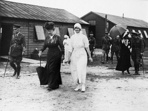 Queen mary visiting field hospital ww1 14225627
